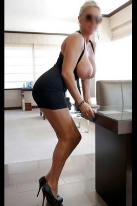 Blonde escort Loreta met grote borsten
